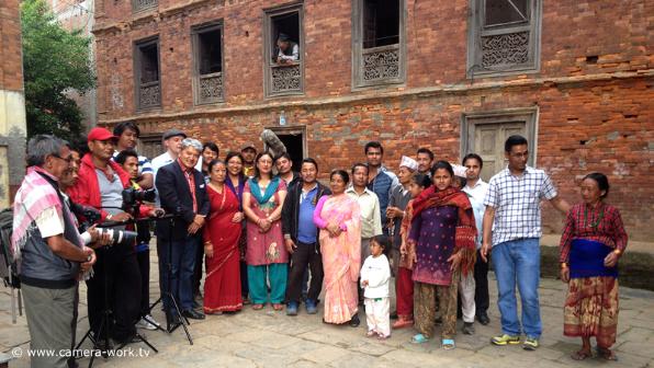 Prof. Dr Ram Shresta mit Verwandten und der Filmcrew vor seinem Elternhaus in Bhaktapur / Nepal